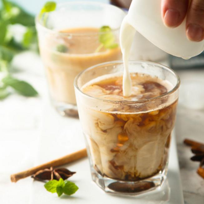 Jeges chai tea latte: a fűszeres kedvenc nyári verziója