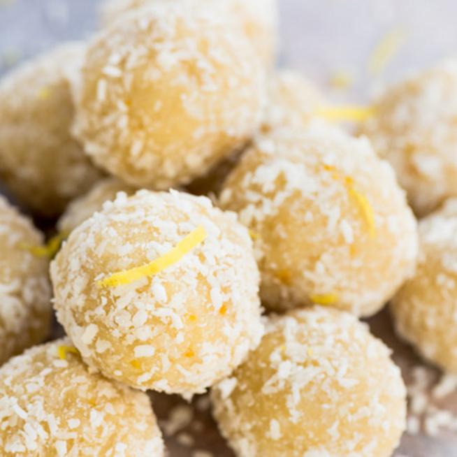 Laktózmentes nyári finomság: citromos energiagolyó kesudiós alappal