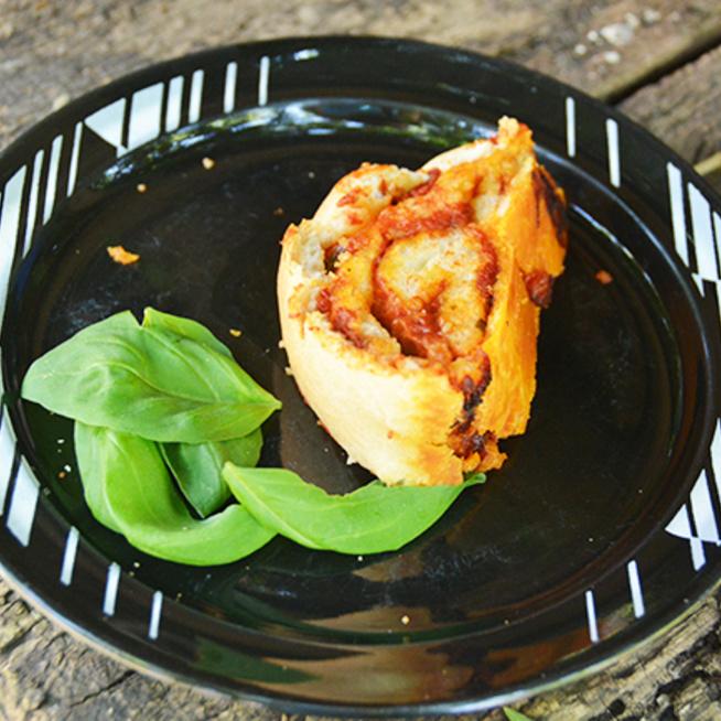 Foszlós tésztájú pizzatekercs, szaftos töltelékkel - Nem szép, de nagyon finom