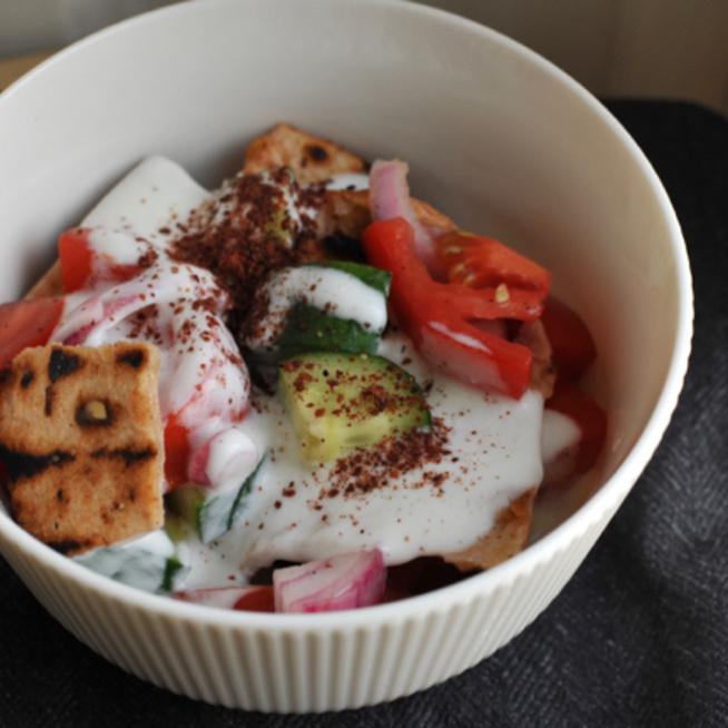 Ropogós pitával és friss zöldségekkel készül ez az arab saláta