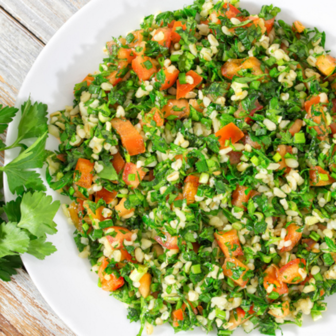 Vízhajtó, karcsúsító saláta bulgurral: magában is nagyon laktató