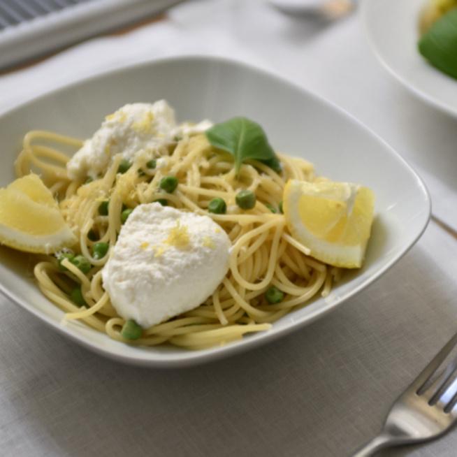 Tízperces spagetti zsenge borsóval, krémes ricottával és friss citrommal