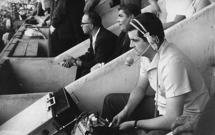Knézy Jenő a Budapesti Honvéd - Ferencváros labdarúgó mérkőzésről közvetít a Bozsik Stadionban 1971. szeptember 4-én.