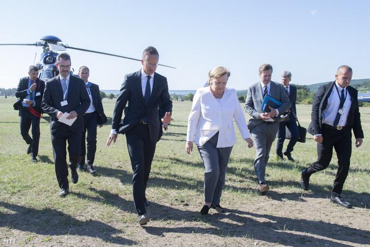 A külgazdasági és Külügyminisztérium által közreadott képen Szijjártó Péter miniszter fogadja a Páneurópai Piknik 30. évfordulója alkalmából érkező Angela Merkel német kancellárt (középen b-j)Sopron határában 2019. augusztus 19-én.