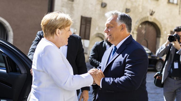 Orbán Merkelnek: A magyarok leveszik a kalapot a keményen dolgozó sikeres nők előtt