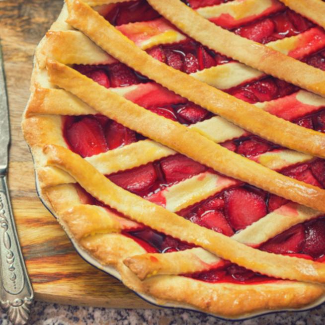 Rebarbarás-epres pite: édes-fanyar gyümölcsök fahéjas cukorszirupban