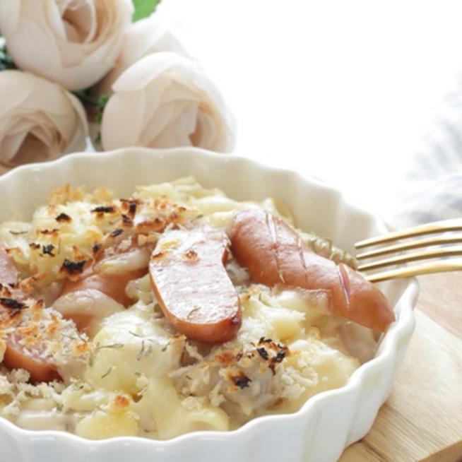 Meleg vacsora fél óra alatt: Sajtszószos tészta virslivel sütve