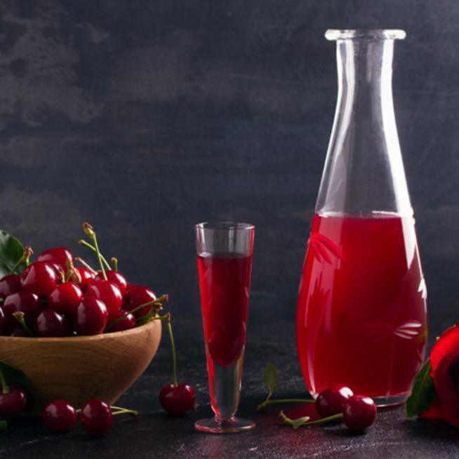 Meggylikőr házilag: édes, gyümölcsös nyári ital