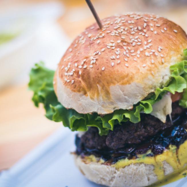 Sajtburger házilag: omlós, szezámmagos buci, szaftos húspogácsa