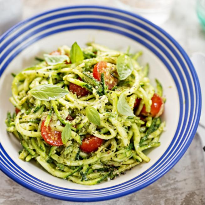 Pestós-koktélparadicsomos cukkinispagetti: szénhidrátmentes színkavalkád