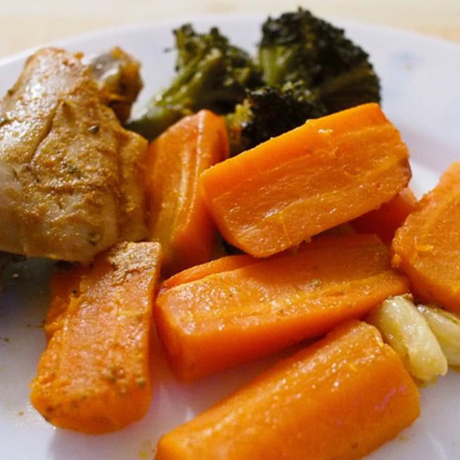 Fűszeres csirke puhára sült zöldségekkel: 10 perc munkával isteni vacsora