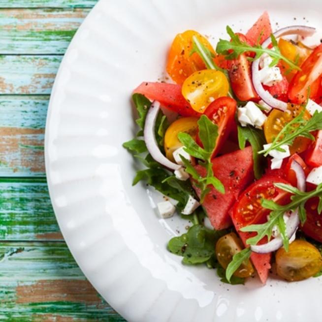 Dinnyés-fetás saláta rukkolával, nyáron simán beillik főételnek