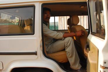 Dutta, a sofőröm demonstrálja a lábteret. Nem túl nagydarab srác