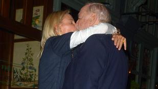 A 79 éves John Cleese és 31 évvel fiatalabb felesége csókolóztak egy fotósnak