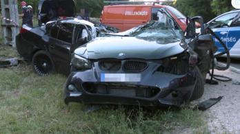 180-nal csapódott oszlopnak a 20 éves sofőr Eplénynél, kettészakadt a BMW