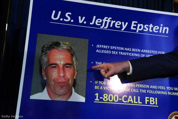 Jeffrey Epstein arcképe az ellene felhozott vádak sajtótájékoztatóján New Yorkban 2019. július 8-án