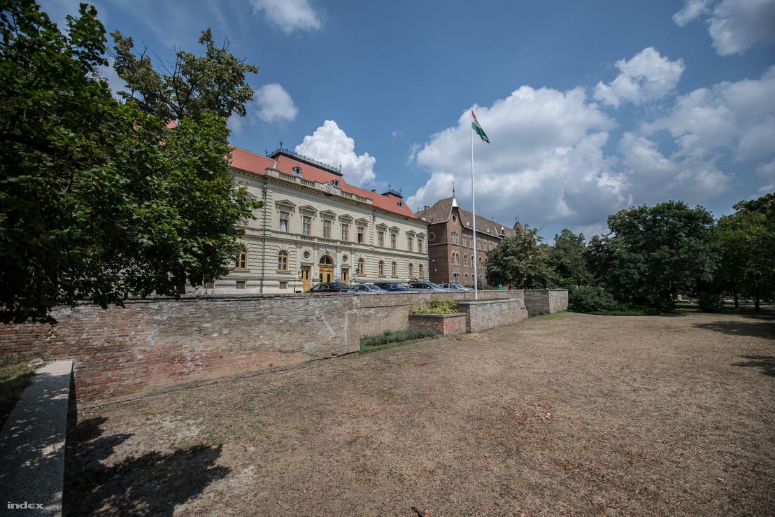 A Kőfal a városházánál