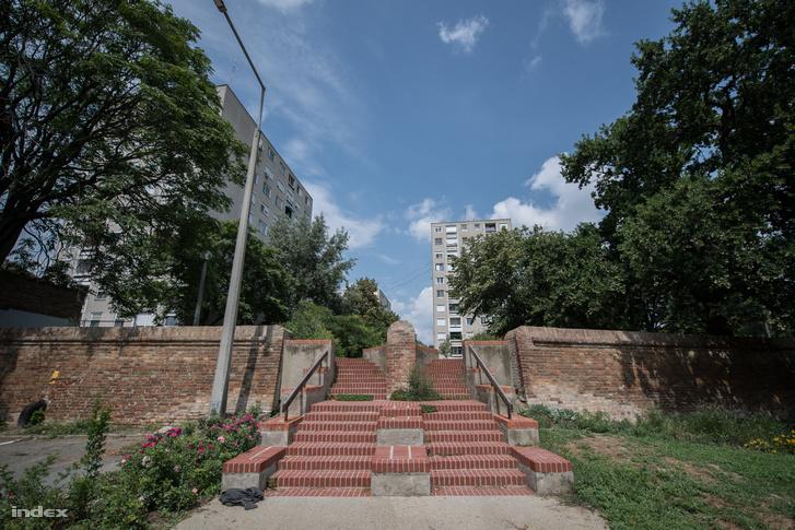 A Kőfal egyik lejárója a Hódtói lakótelepnél, mely nevében őrzi az egykori tó emlékét