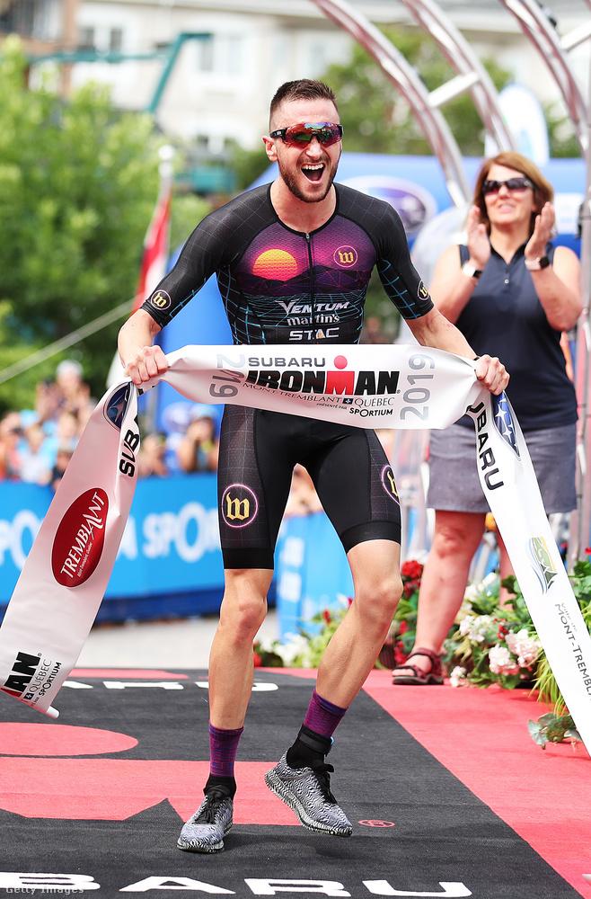 Cody Beals most vasárnap Kanadában megnyerte az Ironman Mont-Treblant versenyt, ez a kép a célbaérkezésekor készült.