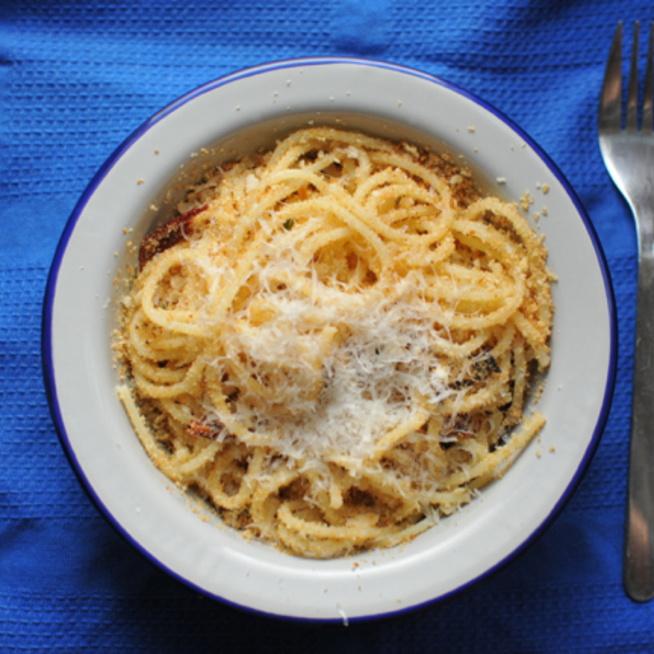 10 perces spagetti ropogós morzsával: a szegények étele volt, de nagyon finom