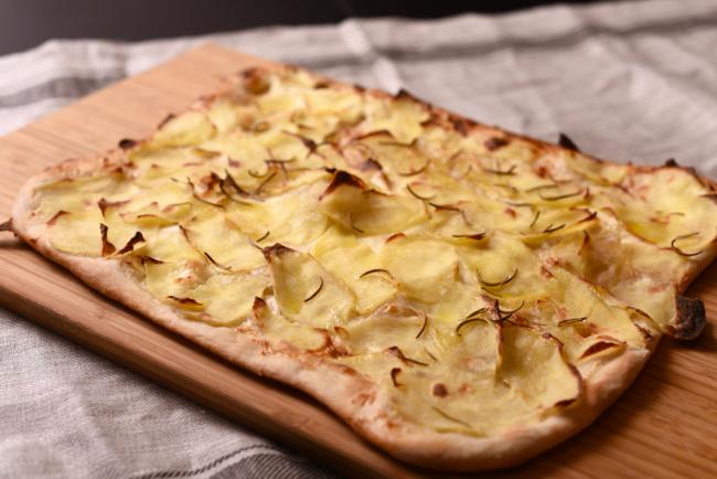mascarponés krumplis pizza