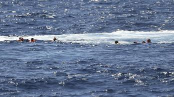 Úszva próbálnak eljutni a menekültek az olasz partokig