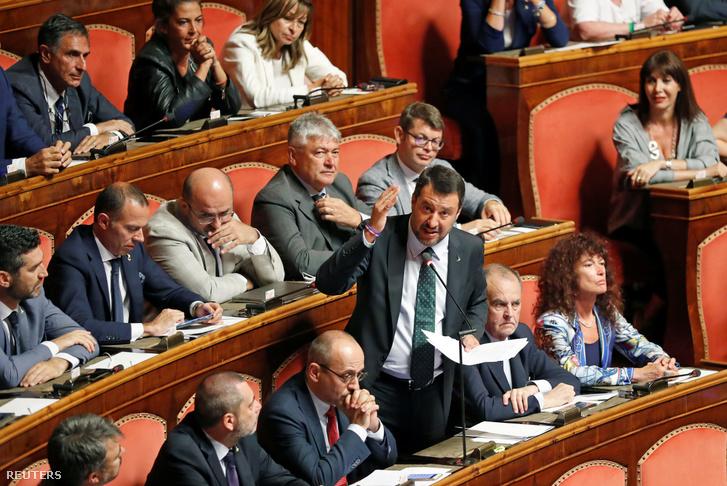 Matteo Salvini gesztikulál hevesen felszólalása közben