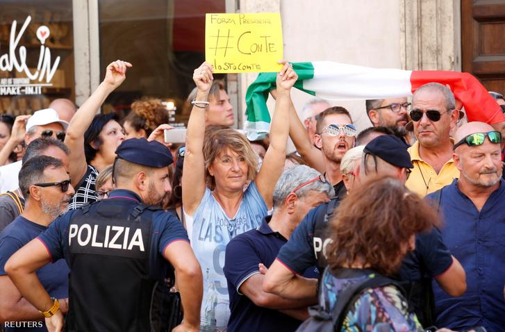 Conte támogatói a szenátus épülete előtt