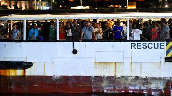 Kiköthetett a három hétig veszteglő menekülthajó Olaszországban