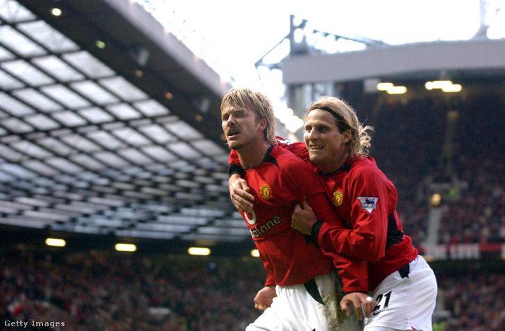 Diego Forlán és David Beckham ünneplik góljukat a Manchester United - Brimingham City mérkőzésen az Old Traffordon 2002. december 28-án