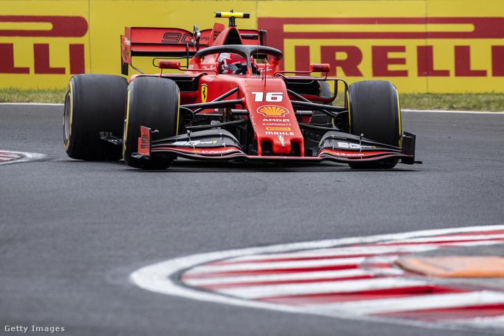 Charles Leclerc a Scuderia Ferrari SF90 volánja mögött a Hungaroringen 2019. augusztus 4-én