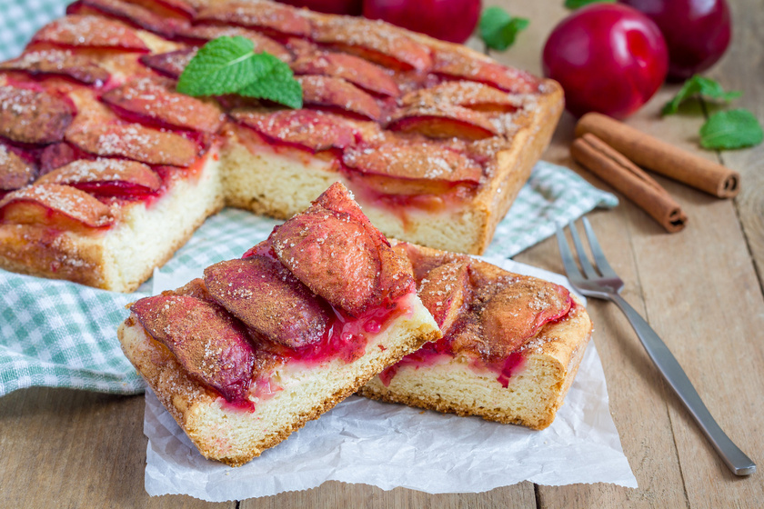 A puha piskótába remekül illik az édes, érett szilva. Érdemes változtatni egy kicsit a megszokott recepten, süsd meg fordítva, tehát alulra kerüljön a gyümölcs, rá pedig a tészta. Porcukorral megszórva magában is isteni, hát még egy gombóc fagyival!