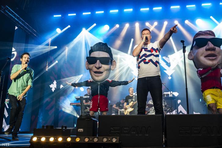 Marsalkó Dávid (j) és Járai Márk (b) énekesek, a Halott Pénz zenekar tagjai az idei Petőfi Zenei Díjak átadásán a zamárdi Strand Fesztiválon 2019. augusztus 20-án