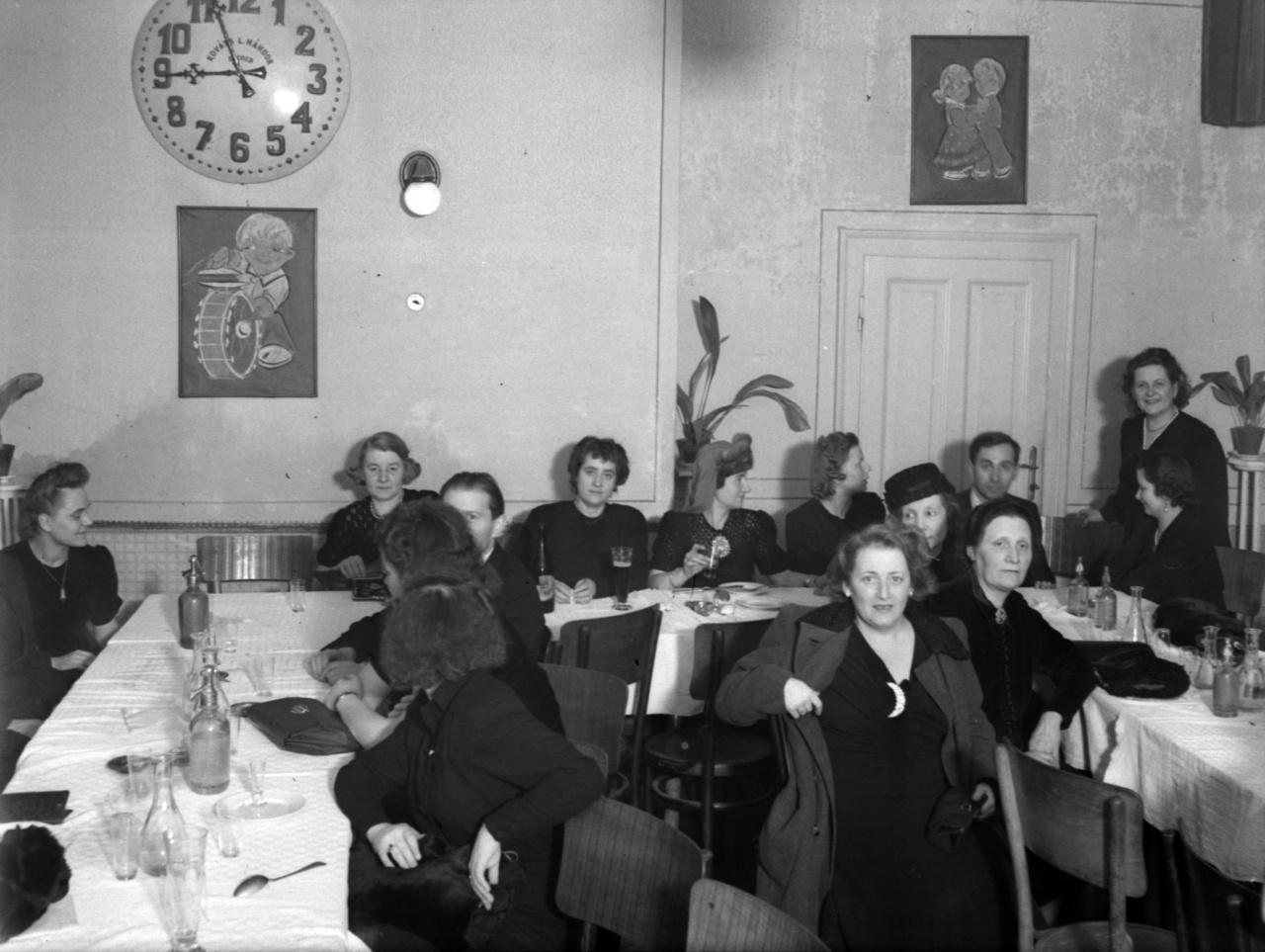 A RaffaybanEste kilenckor már egy órája tartott az elsötétítés, amelyet csak reggeli ötkor oldottak fel. Nemcsak ez, a több épületet elfoglaló hadikórház is emlékeztetett a háborús viszonyokra. A Budapesti Kórus Borsy Engelbert ferences kórházi lelkész kérésére meglátogatta a Szegeden ápoltsebesült katonákat, és magyar népdalokat énekelt nekik.