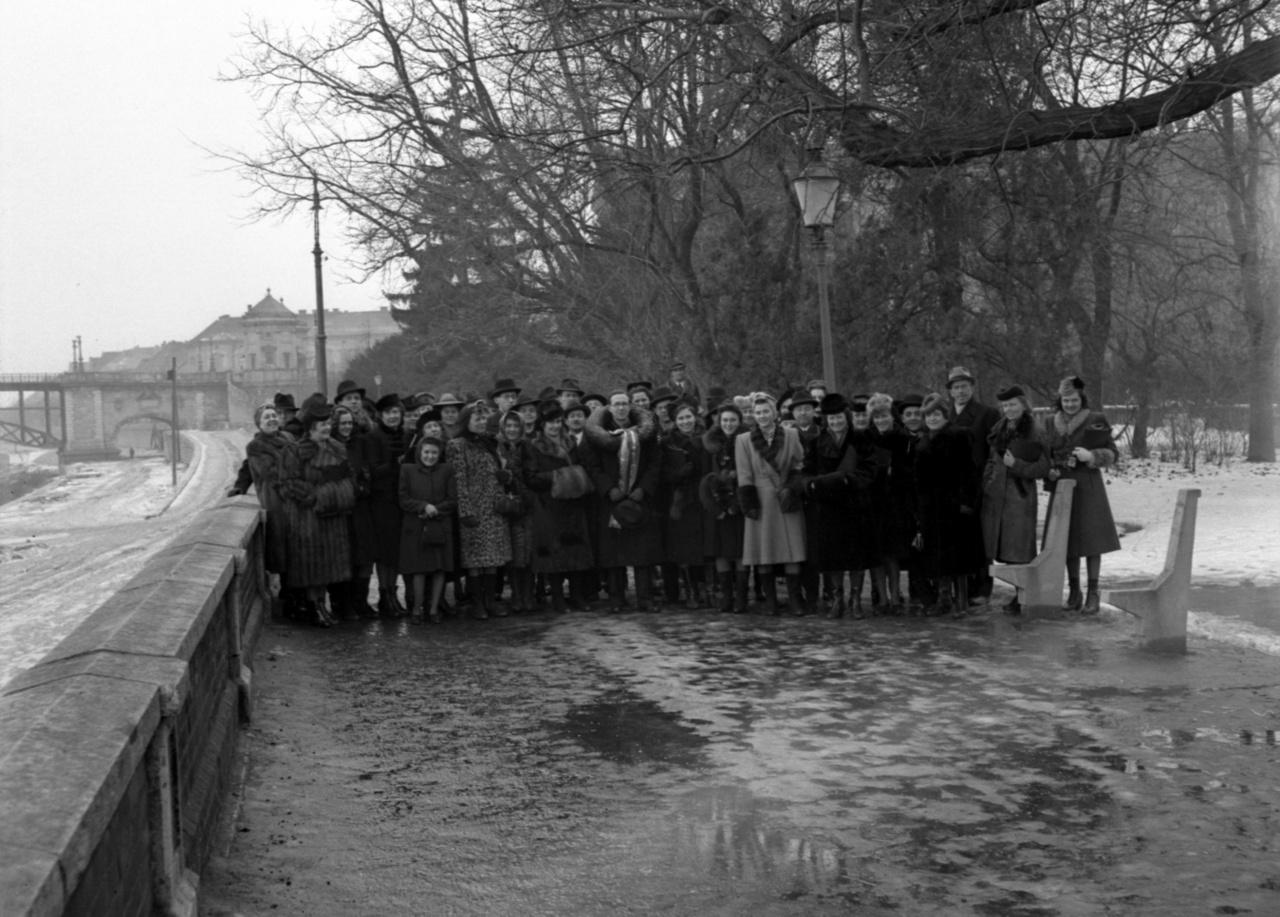 A Budapesti Kórus tagjai a Stefánián. Háttérben balra a közúti hídAz 1941-es bombázás abszurd közjáték volt ahhoz képest, ami 1944-1945-ben érte Szegedet. A brit-amerikai légitámadások pusztítása is súlyos volt, de a fotón látható közúti hidat a visszavonuló német csapatok robbantották fel.