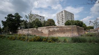 Mit keres egy három kilométeres fal az Alföld közepén?