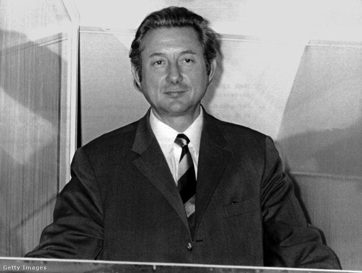 Theo Albrecht áll a háza ablakában 1971. december 17-én.
