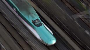 Nyitott ajtókkal száguldott a japán szupervonat