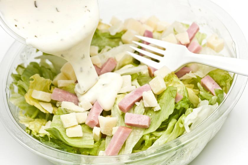 A legtöbb fogyókúrás étrend javasolja a saláták gyakori fogyasztását, de nem mindegy, hogy mi kerül bele, és milyen öntettel locsolják meg. A bolti, kalóriadús változat helyett próbálj ki egy adalékanyag-mentes selymes, avokádós, lime-os dresszinget!