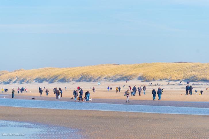 Emberek a Wijk aan Zee-nél található tengerparton
