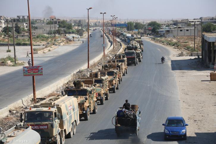 Török katonai konvoj 2019. augusztus 19-én az észak-szíriai Ildíb tartományban