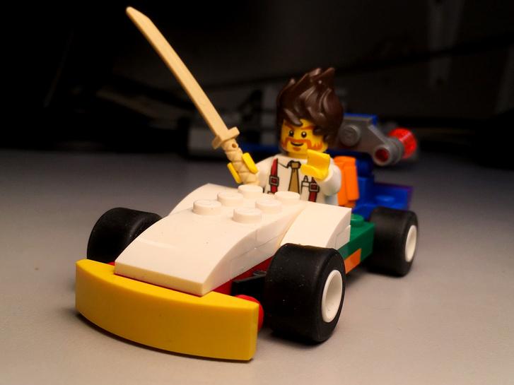Agresszív, lapos sportkocsi, az ülésben egy kissé zilált művezető, aki a napi stressz miatt hajlamos feszülten reagálni a forgalom konfliktusaira - ilyenkor előkerül a szamuráj kard