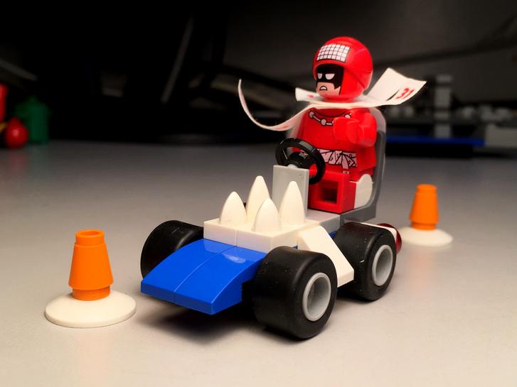 Rövid tengelytáv, kis tömeg teszi ideális szlalom-autóvá ezt a motorháztetején hegyes fogakat villantó versenygépet
