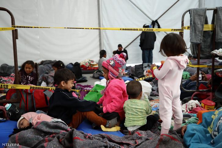 Közép-amerikai kivándorlók gyermekei a migránsok rendelkezésére bocsátott átmeneti szálláson a mexikóvárosi Jesús Martínez Palillo sportközpontban 2018. november 6-án. Az amerikai-mexikói határ felé tartó több ezer emberből főként hondurasiakból és salvadoriakból álló migránsok első csoportja október 13-án indult útnak a hondurasi San Pedro Sula városából.