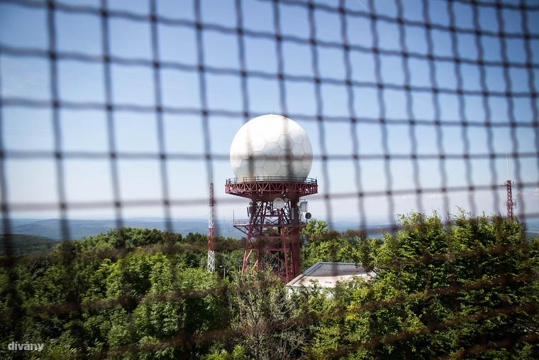 A Vajda Péter-kilátótól mintegy 50 méterre áll a Kőris-hegyi polgári légtérellenőrző radarállomás fehér kupolás radartornya