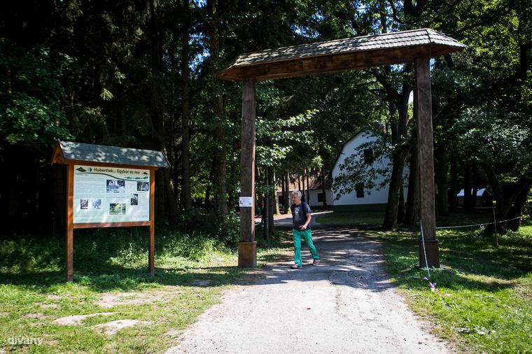 Itt állt egykoron az erdőbirtokos Esterházy gróf emeletes vadászkastélya, a vadászok védőszentjéről elnevezett Hubertlak