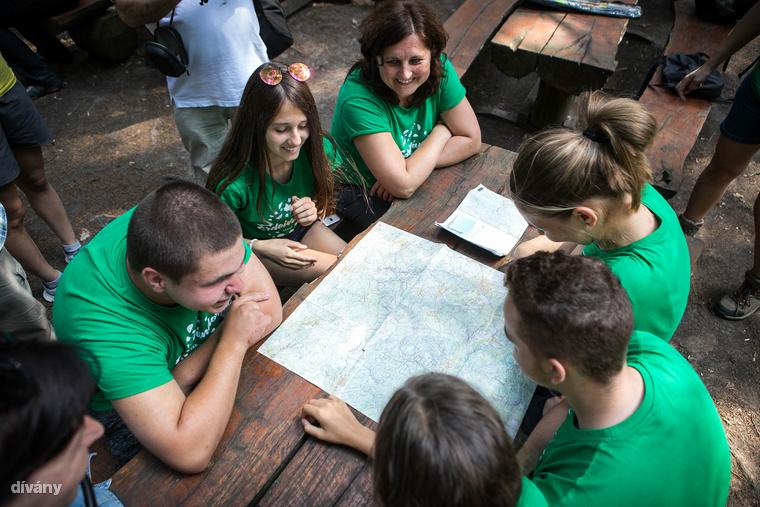 Egy másik erdei vándortáboros csapat az eddig megtett útvonalról mesél nekünk