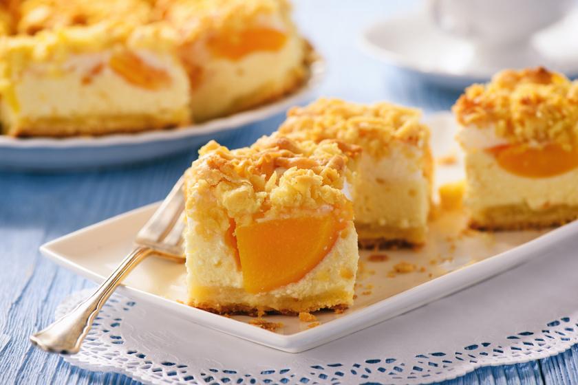 Omlós barackos pite mascarponés krémmel: csak morzsold a tetejére a tésztát