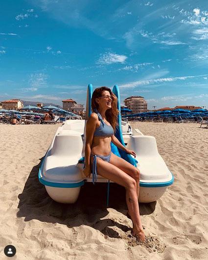 Csobot Adél Olaszországban pózolt a kék, csíkos bikiniben. Sokan dicsérték a kétgyerekes édesanya hasát.