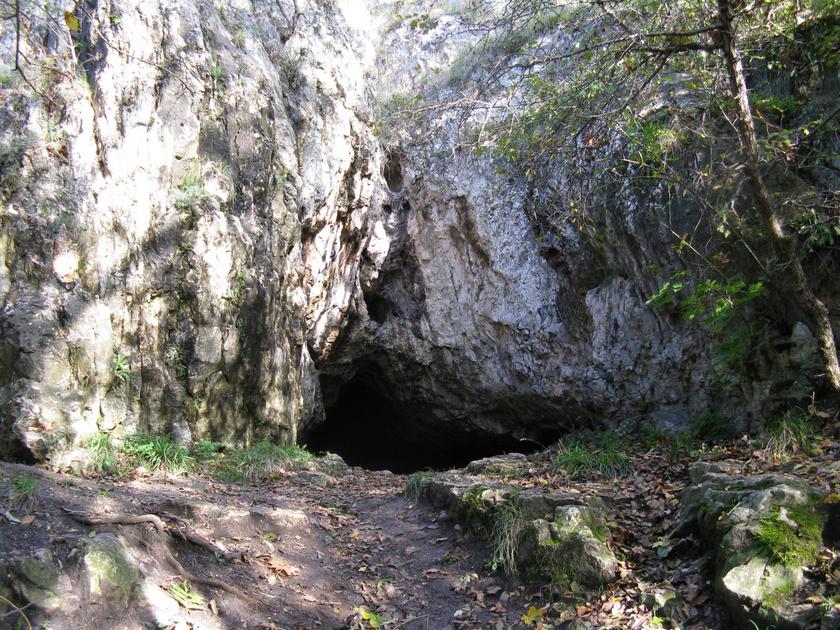 I. András király idejében bazilita szerzetesek lakták a kilenc barlangból álló Remete-barlangrendszert. A legenda szerint az egyik dömösi szerzetes a szél fúvásában hallani vélte az angyalok hangját, így felment a Szent Mihály-hegyi barlangba, és remeteként élte tovább az életét.